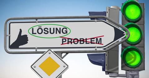 Wegweiser Lsung Ziel ist Lsung, eingekreist Problem durchgestrichen